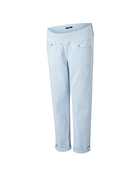 stylish boyfriend jeans in soft blue for summer